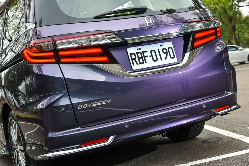 小改款Odyssey將尾燈之間的車型銘牌移至尾門左下角,後保桿兩端加上鍍鉻飾條