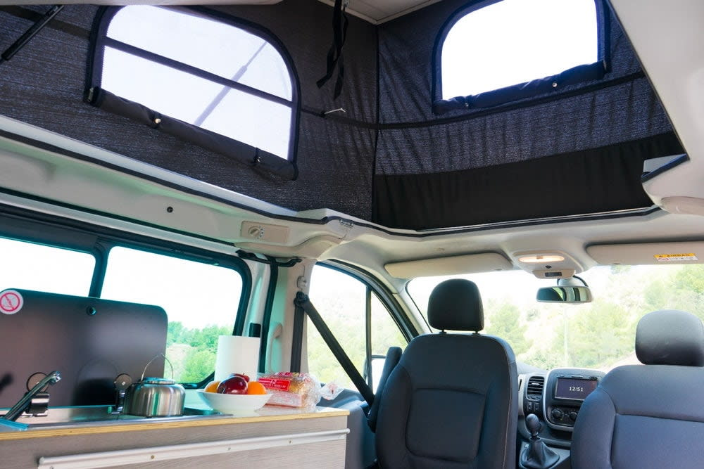 像是冰箱、洗手台和瓦斯爐也都有,要在車上開伙也不成問題;另外地板還有滑軌系統,讓消費者能自由調整車內空間