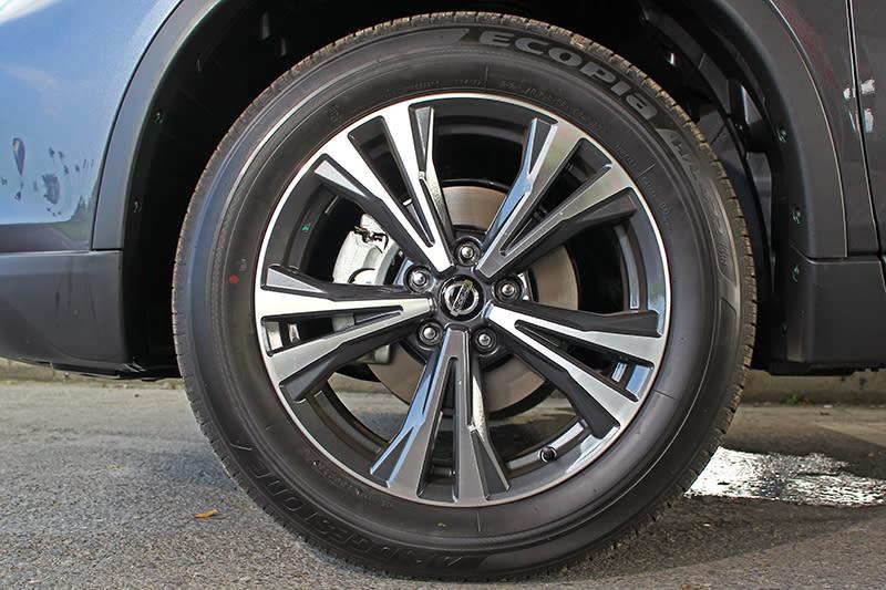 新式樣的雙色鋁圈也是小改款後有所改動的地方。