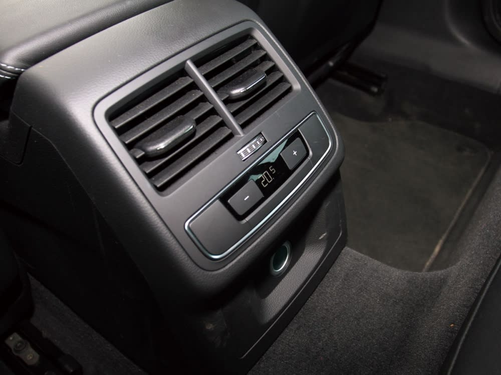 雖然為性能轎跑,但後座一樣配有可獨立控制的恆溫空調系統,非常貼心。