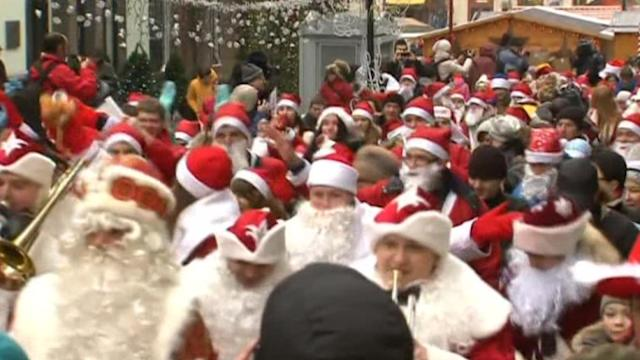 Russian Santas collect toys for cancer patients