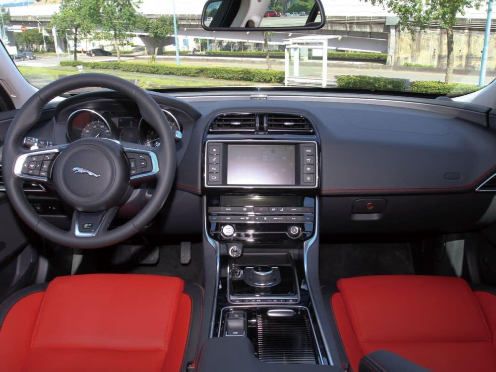 高質感與實用性兼具的簡潔設計,令車艙擁有極高水準之鋪陳樣貌。