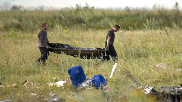 Rebels begin moving bodies from Malaysia Air crash site
