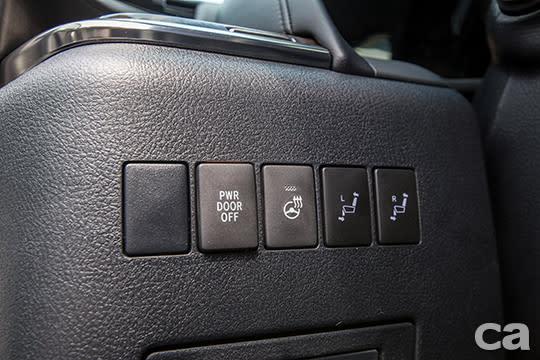 除了乘客座的座椅遙控器之外,駕駛座左側也設置了後座整理按鈕,方便駕駛在乘客下車後整理後座空間。