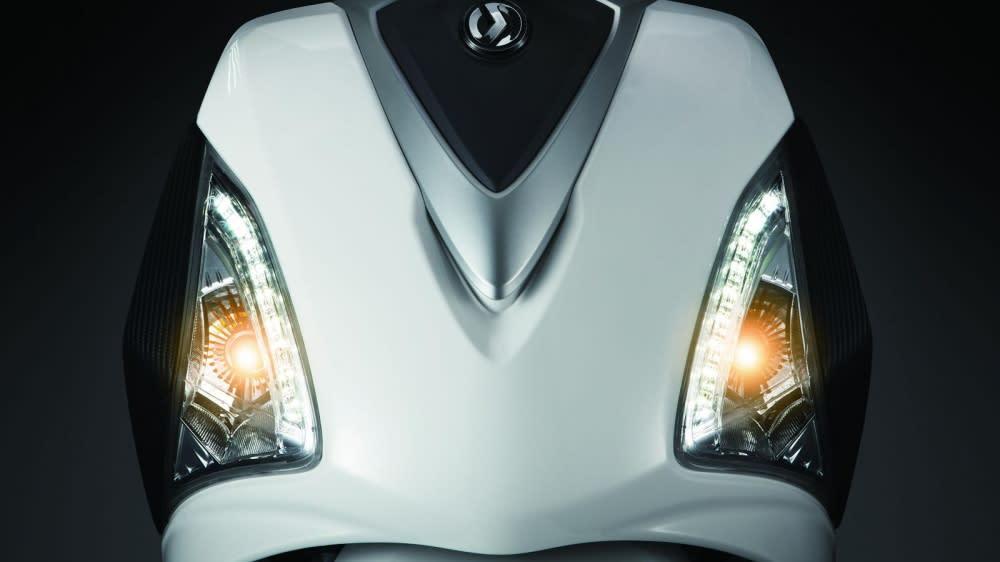 3W(9顆*2)LED雙燈眉日行燈帶有運動感視覺,碳纖式版也相當有質感。
