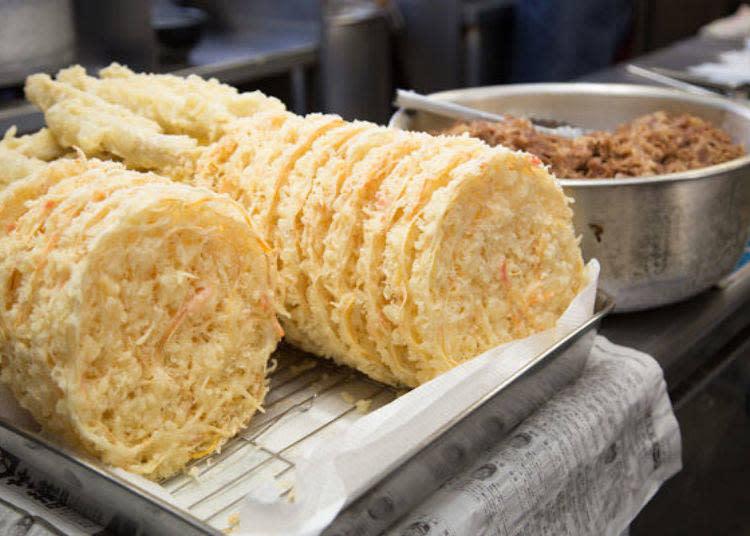 不止炸竹輪,鋪在天婦羅烏龍麵上的超大Size混合炸天婦羅也只有這家店才吃得到。直徑甚至長達20cm,和朋友共享也是不錯的選擇。