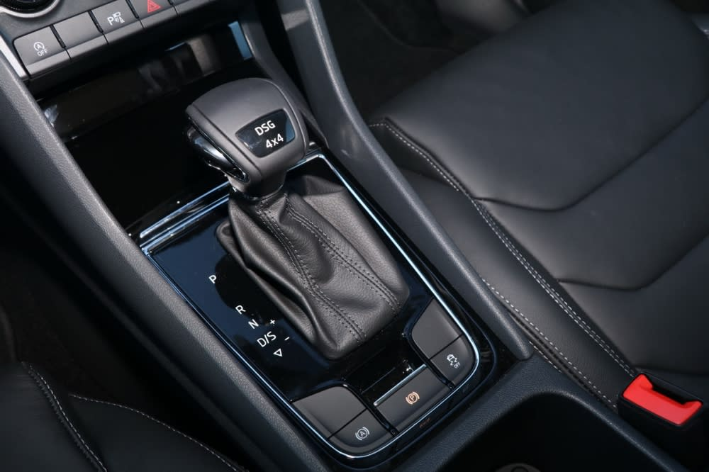 排檔頭上4×4字樣清楚標明四驅身份,排檔座下方則是電子手煞車與Auto hold、ESC開關