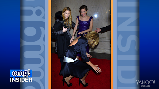 Kelly Ripa Handles Red Carpet Tumble Like a Pro!