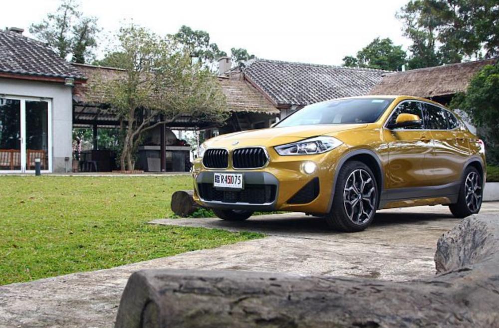 融合 Coupe 車頂線條的 BMW X2,總代理汎德汽車開出 205 萬與 215 萬台幣的雙車型售價。
