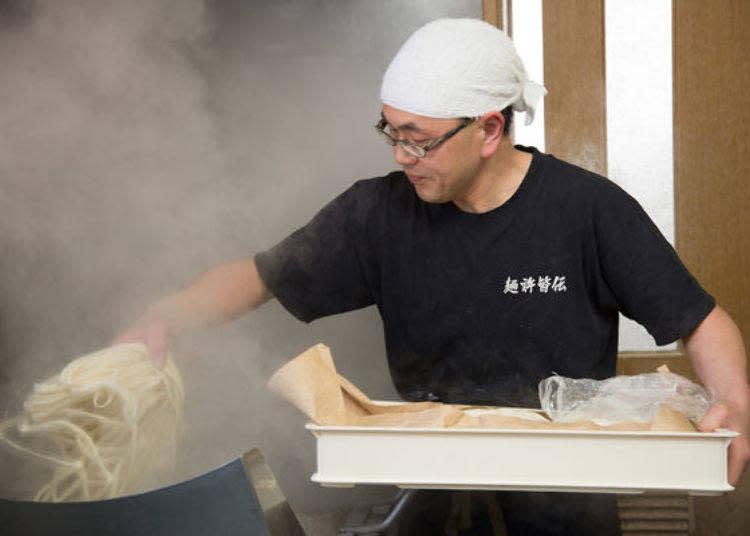爽快地將烏龍麵下鍋的三浦先生