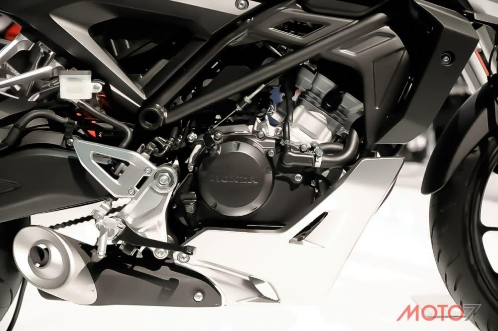 來自CBR125R的高轉引擎提供更多的駕駛樂趣。