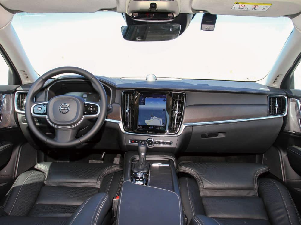 車室內亦採用Nappa透氣真皮舒適型座椅、結合雙前座冷熱通風附電動調整側邊支撐/腿部延伸與皮質儀表檯,提升整體尊榮氛圍。