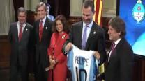 El Príncipe de Asturias recibe una camiseta de Argentina