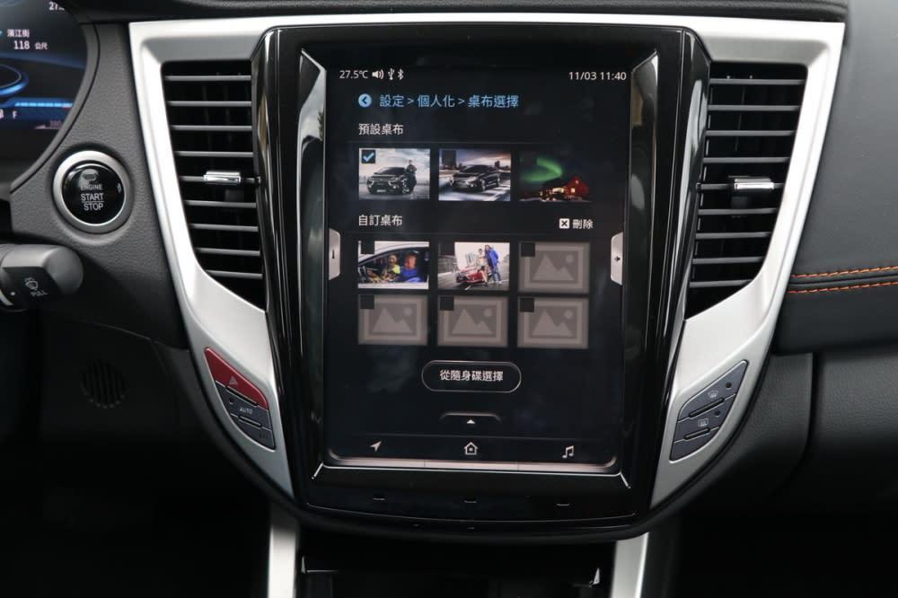 車主可以先將照片檔放置在隨身碟中,再透過中央扶手置物箱內的USB接孔讀取就可隨時替換桌布