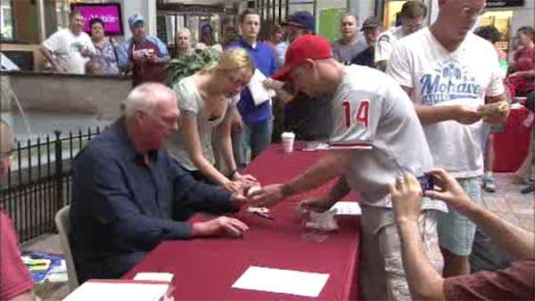 Fans out in force for Charlie Manuel autograph signing