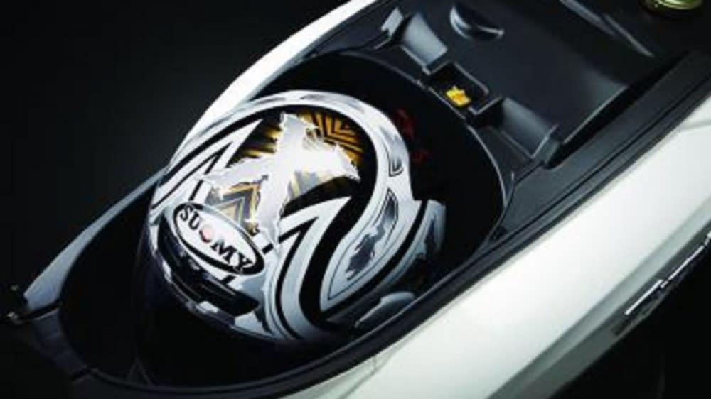 Symphony ST有同級車最大置物空間,放入一頂全罩安全帽輕而易舉。