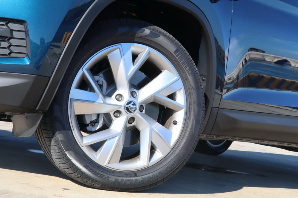 2.0L TSI尊榮版配置235/50R19大尺碼胎圈組,同批試乘車配胎共有Pirelli與Hankook兩種品牌,由於產線批次生產緣故消費者並無法選擇原廠配胎品牌