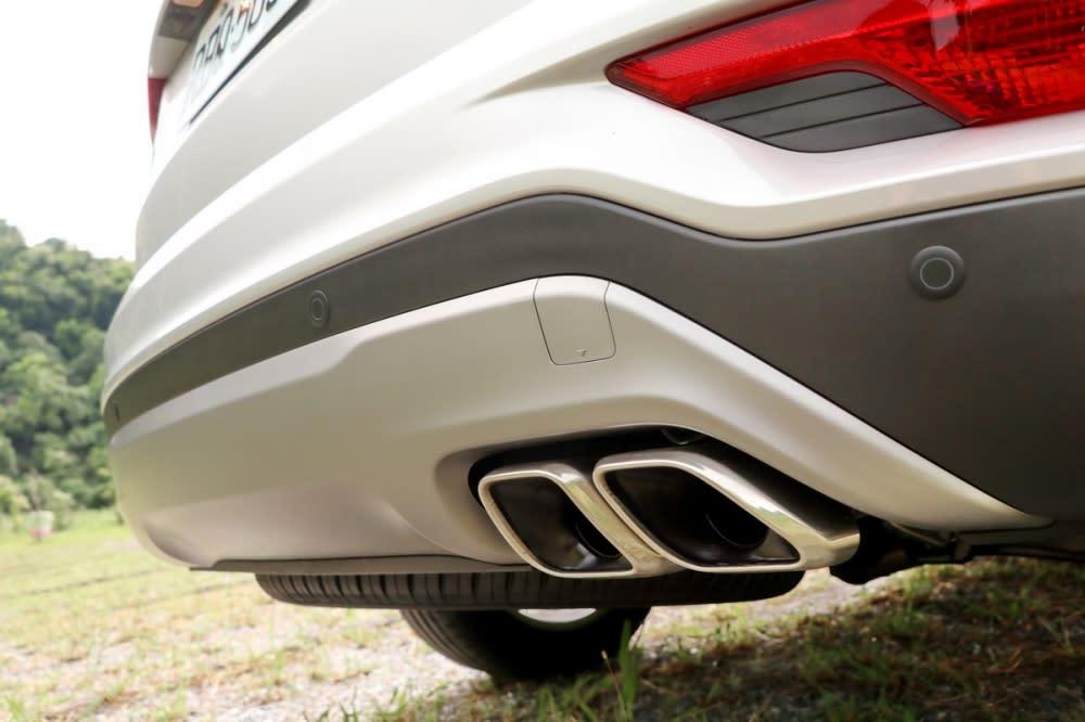 霧銀下護版與矩形雙出尾管同樣為小改款車型所獨有