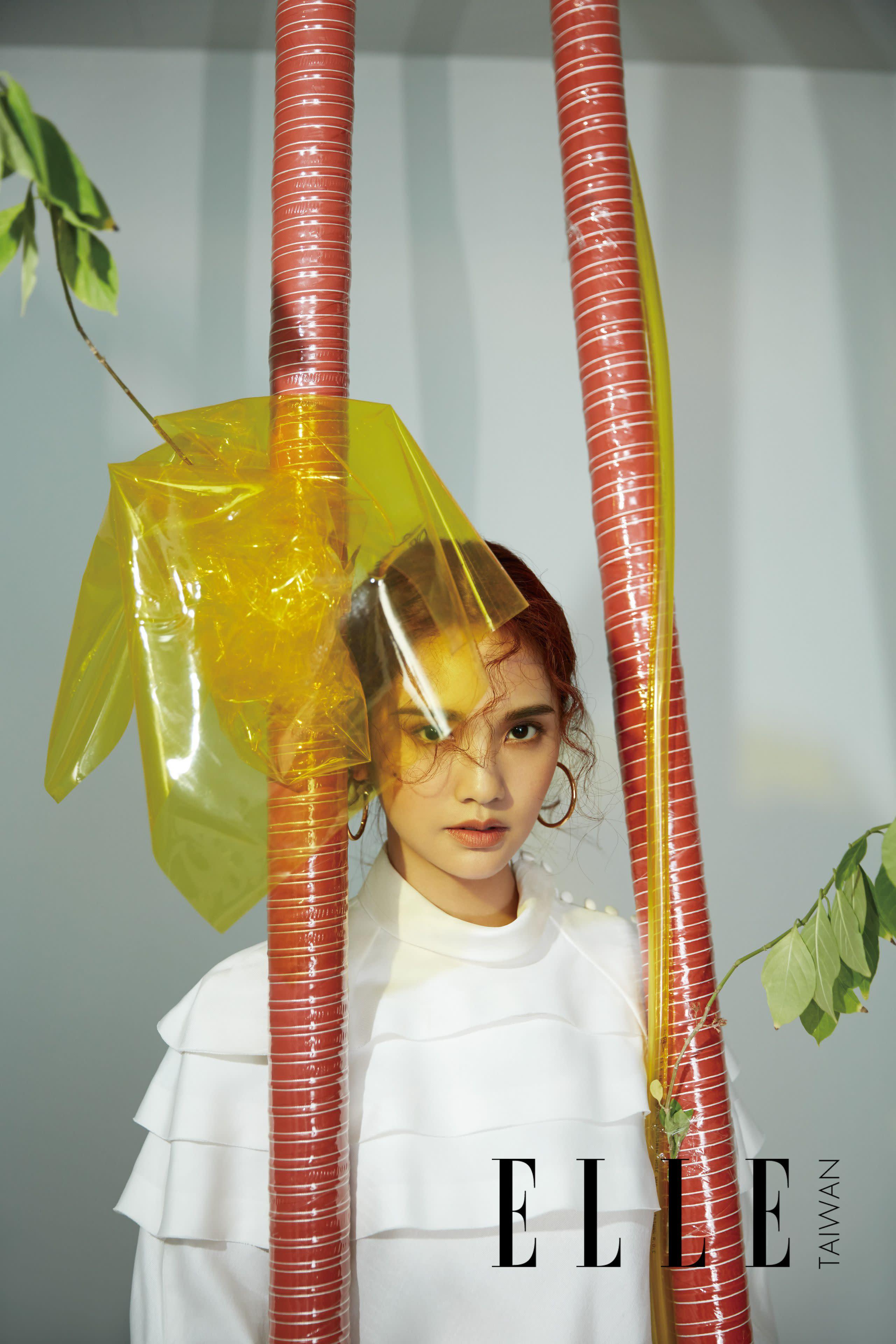 白色多層連身裙、金色圈形耳環(BOTH BY LOUIS VUITTON)。