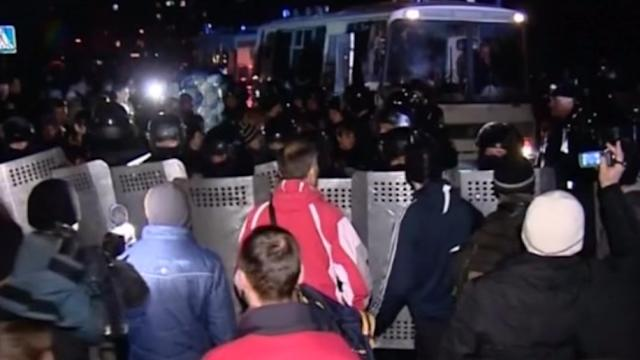 Pro-Moscow protesters try to storm government building in Ukraine