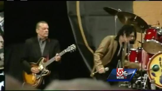 Boston native gets emotional at announcement for benefit concert