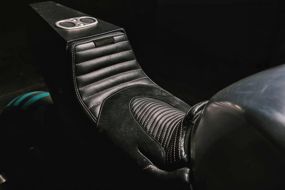 重新包覆的坐墊採單坐的設計。