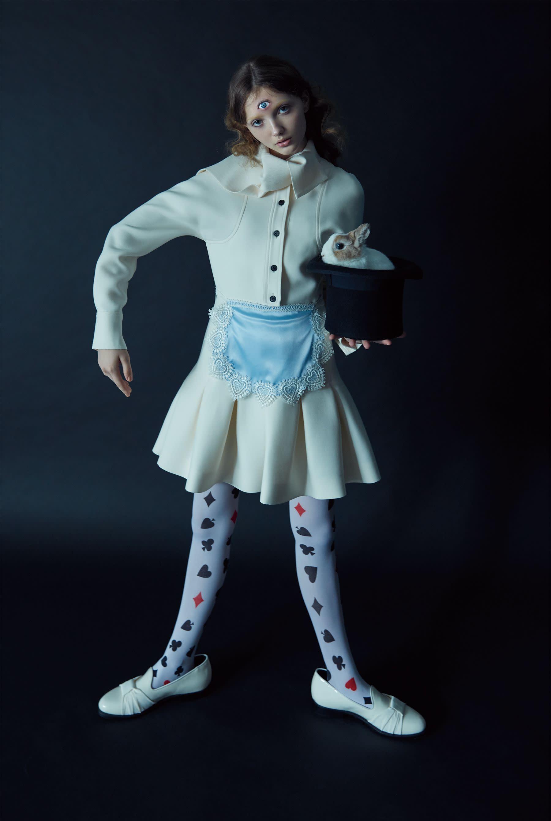洋裝,Dior;鞋,Giuseppe Zanotti;禮帽、褲襪、圍裙,私人提供。
