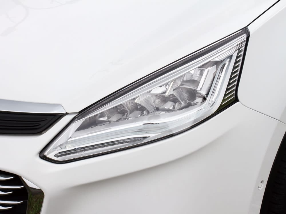 搭載LED高亮度頭燈,並整合LED極光日行燈,造型搶眼耐看。