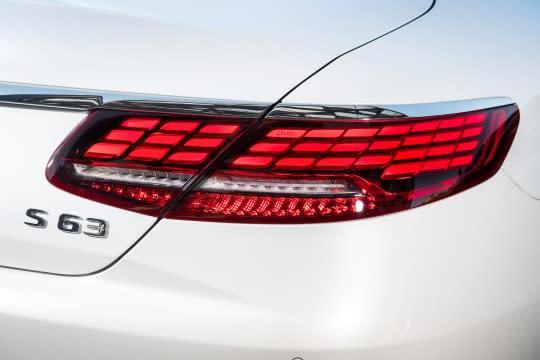 車尾亮點莫過於由單邊33個OLED所組成的全新設計尾燈,以動態指示表現給予更佳的導引效能。