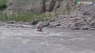 驚險!想看風景冒險涉水 男受困溪中