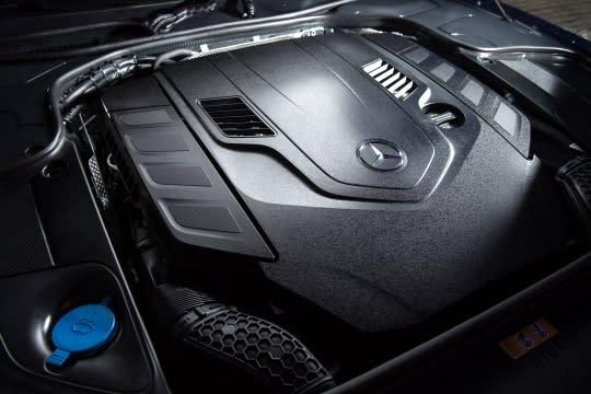 The new S-Class Coupe換上全新的M176 V8引擎,在提供更勝以往的動力表現之際469hp700Nm,又兼顧絕佳的油耗及CO2排放表現。