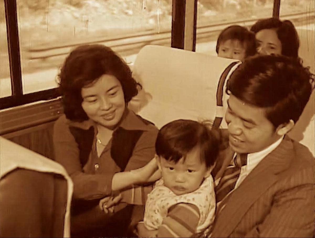 侯季然在《剪刀找貓》中置入以往新聞片裡的自強號火車內畫面。(國家電影中心提供)