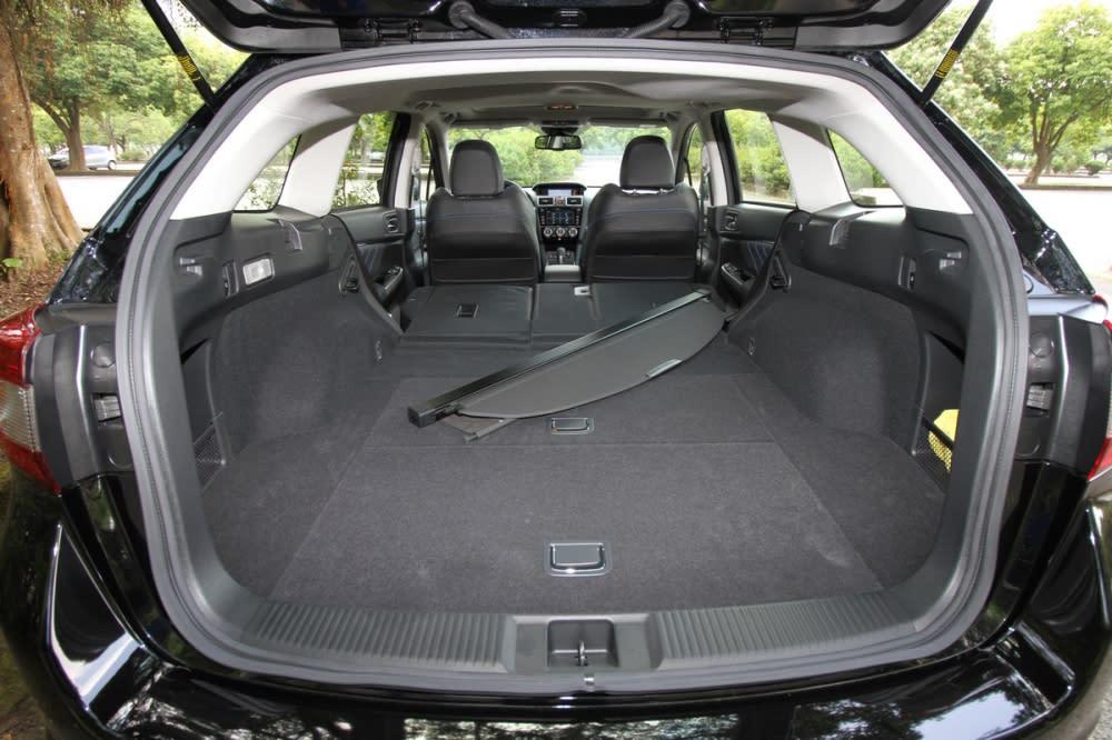 透過尾廂後方快速傾倒拉柄就能輕鬆放倒後排座椅,將容積量擴大至1446L,同時後排6/4分離改為4/2/4空間機能更為加分