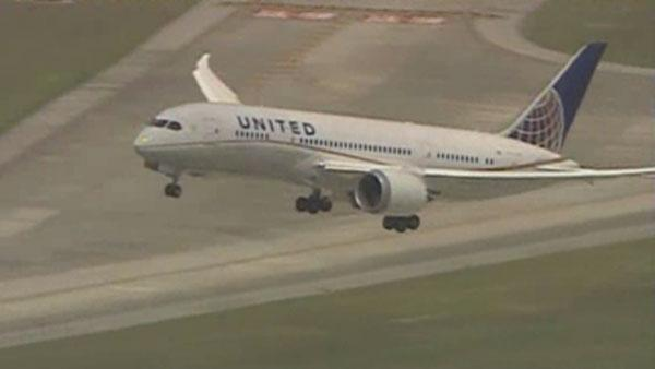 Dreamliner 787 lands at O'Hare; United Airlines Houston to Chicago flight