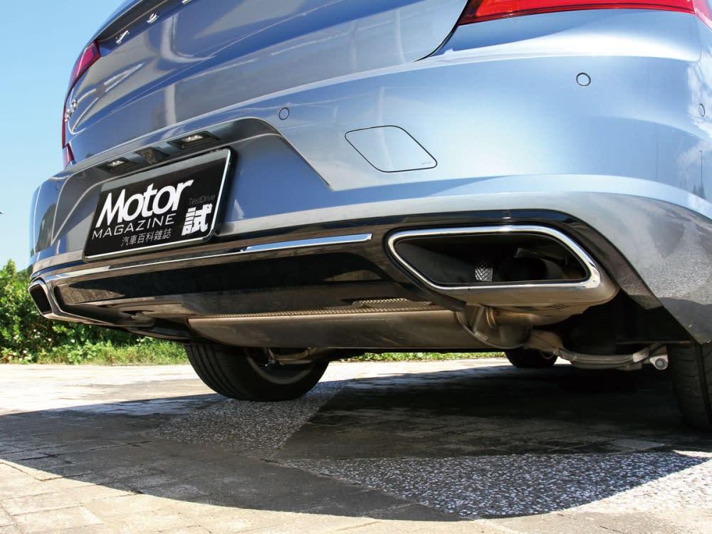 車尾後保桿則是整合了方形鍍鉻雙出排氣尾管。