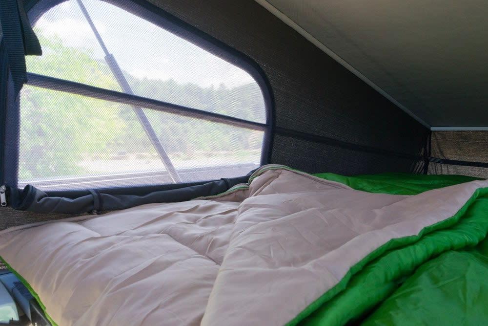 沙發椅晚上還可變成床舖,甚至車頂還藏了兩個床舖,若要多人出遊也沒問題