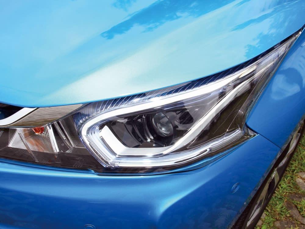 頭燈組內建C字型上掠式LED日行燈,閃耀銳利神色。