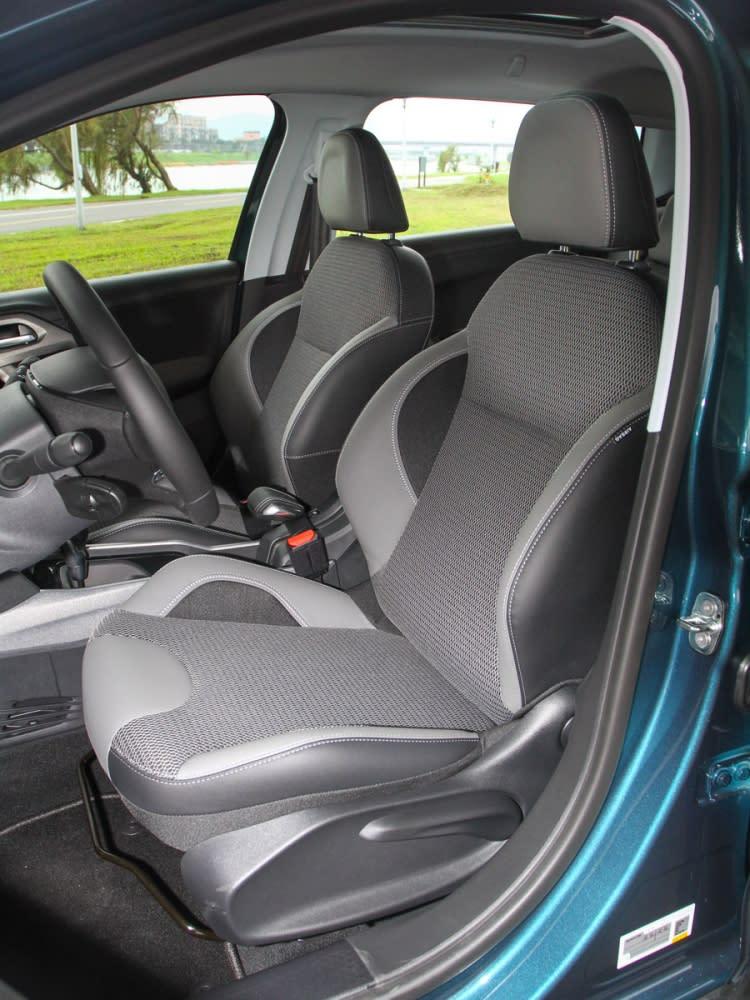 Grip Control車型改用銀灰格菱紋跑車座椅,高度調整則是為全手動設定。