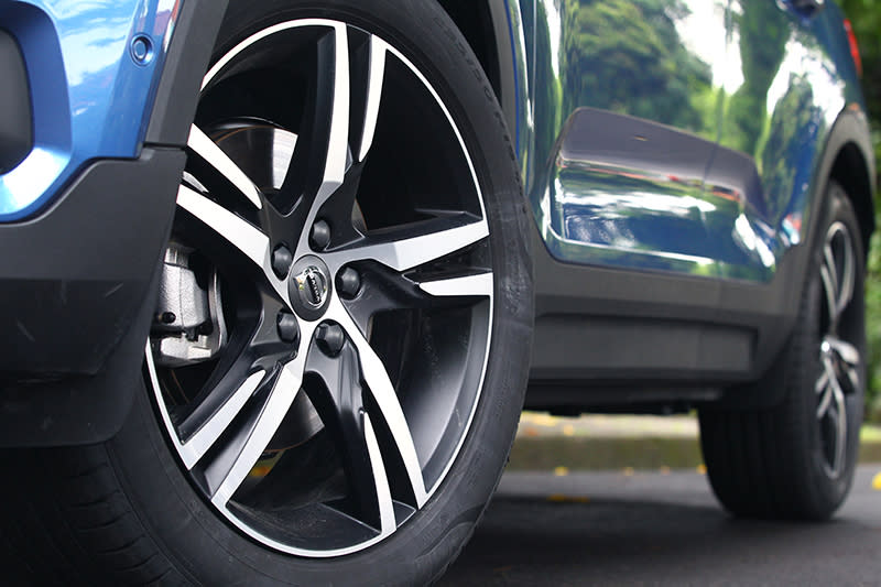 T4 R-Design配置235/50 R19大胎,因扁平比適中,只要胎壓正確吸震性與抓地力不俗。