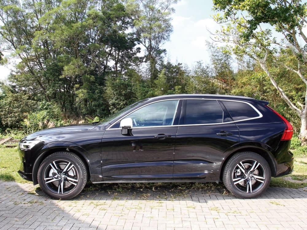 XC60 T5 R-Design將車門的鈑件摺線改為立體凹折面,車窗的鍍鉻材質也改為金屬絲紋飾條,左右後視鏡為R-Design專屬的霧銀樣式。