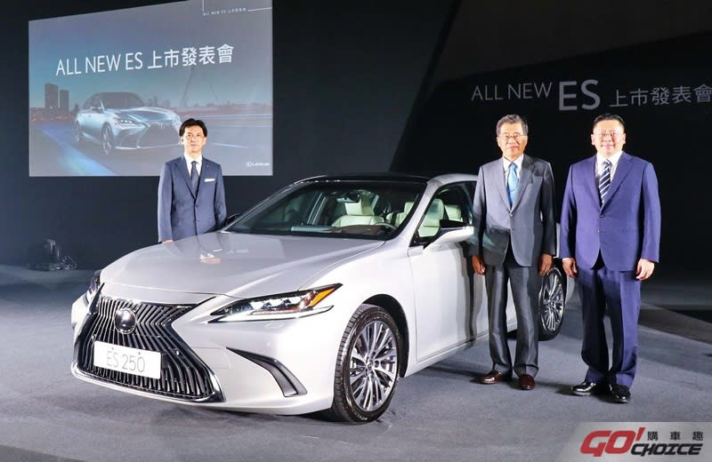 和泰汽車蘇純興總經理(右一)、黃南光董事長(右二)以及豐田汽車榊原康裕總工程師(左一)與LEXUS ALL NEW ES 250 合影