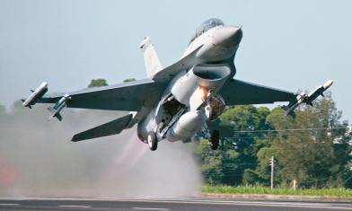 首度披露!32戰機「躺」廠房