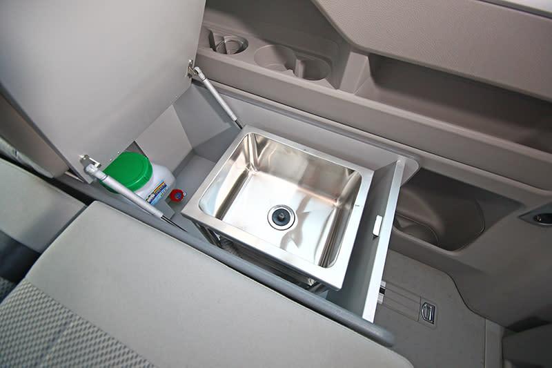車內也具備儲物與洗滌機制,像這個小流理台就被隱藏在座椅一旁。