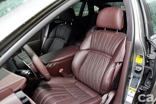 LS350的前座椅少了繁複的縫線點綴,同樣走務實運動風。