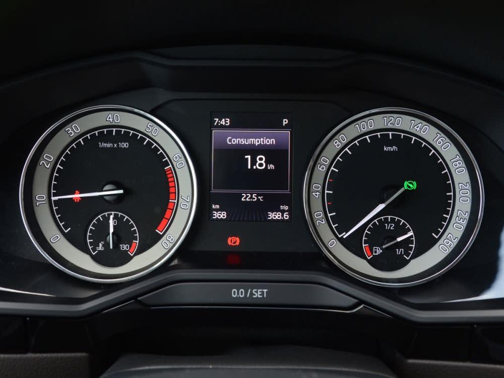 選配的套件也包括雙環式儀錶板中央的彩色行車資訊螢幕。