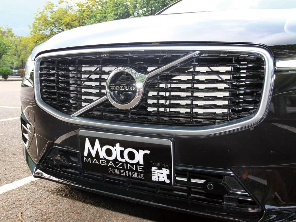 R-Design車型也有別於一般版本的直瀑式造型,採用專屬的亮黑橫式水箱護罩。