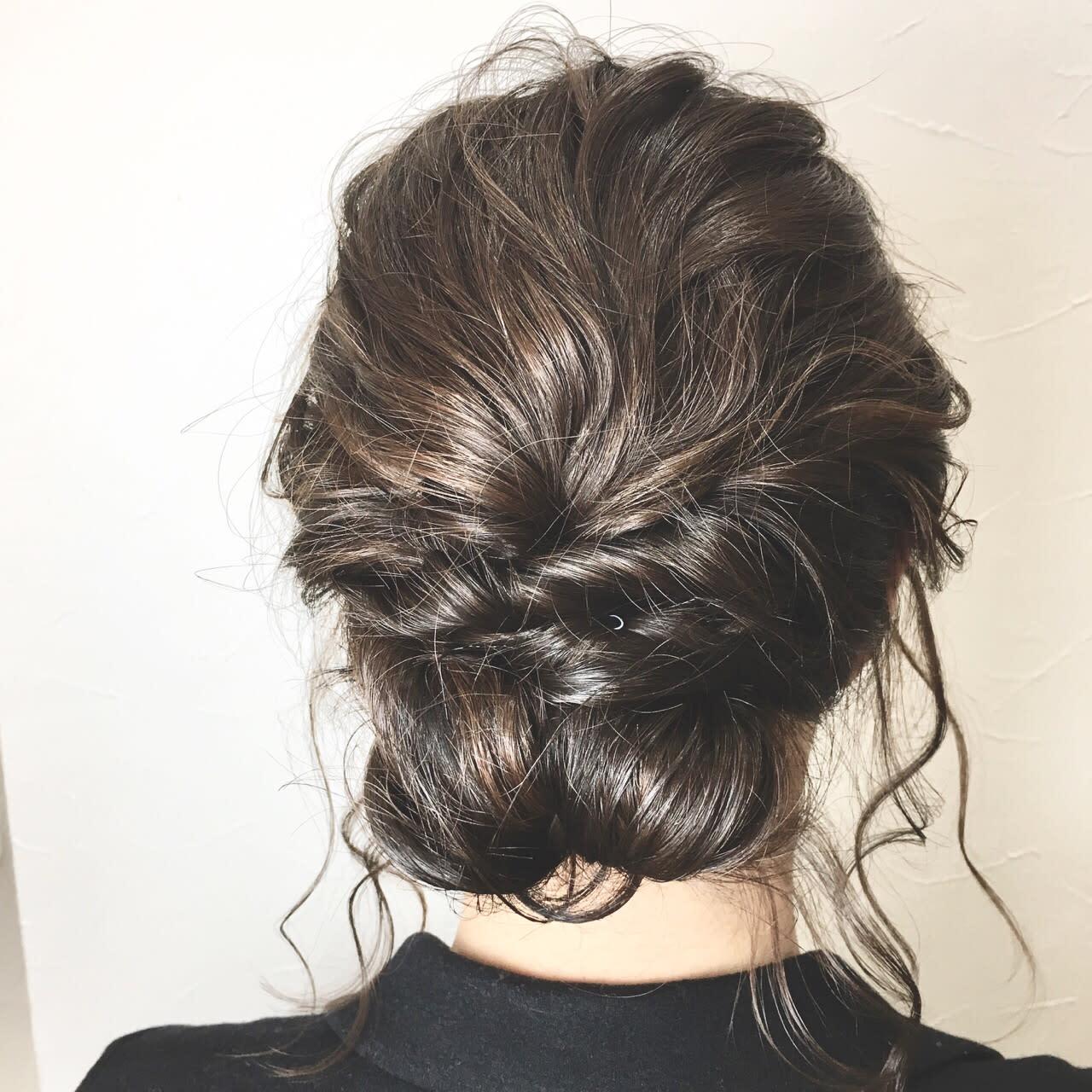 中長髮女孩,就綁個翻轉髮辮展現俐落感