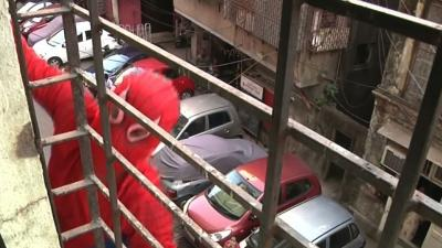 Raw: Indian 'Spiderman' Climbs for Votes