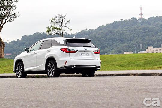 與其執著於RX350 L的〝七人座〞迷思,倒不如好好享受它的空間,以及沉穩肅靜的行路表現,畢竟它不是MPV也不是Minivan,而是一輛與眾不同的豪華SUV。