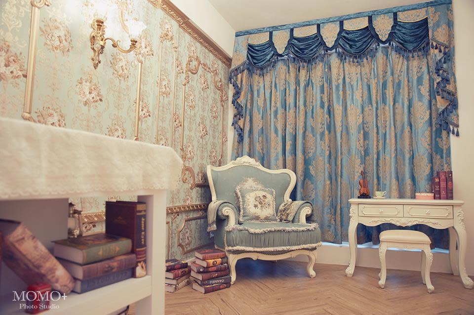 歐棚以洛可可風為主題,沙發是毛毛特別到新竹的家具店買的。(毛毛提供)